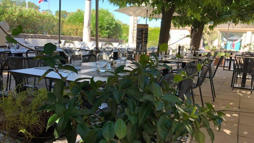 Déjeuner en terrasse au restaurant de la Bergerie à Mouriès